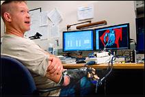 L'ingénieur Jonathan Kuniholm en train de paramétrer son avant-bras droit bionique. Document Michael Belfiore.