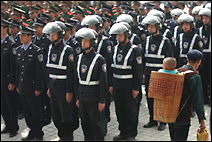 Troupes de policiers à Shenzhen mises en place pour lutter contre le crime, le 26 décembre 2006. Getty images.