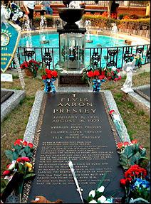 La tombe d'Elvis Presley à Graceland. Il est notamment écrit : 'il est devenu une légende vivante à son époque et qu'il a gagné le respect et l'amour de millions [de gens]'.