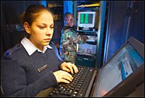 Administrateurs système dans une salle informatique de l'USAF. Document AF Link.