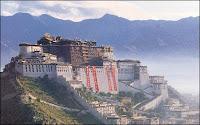 Le potala à Lhassa, aujourd'hui sous contrôle chinois. La partie blanche est réservée à l'administration, la partie rouge-brune aux moines.