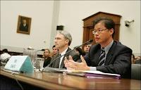 Le PDG de Yahoo!, Jerry Yang interrogé par le Congrès américain.