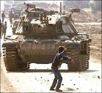 Char israélien contre jet de pierre dans la bande de Gaza.