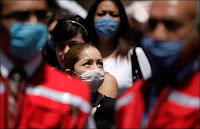 le 27 avril 2009, les habitants de Mexico portaient un masque chirurgical pour se protéger contre le virus de la grippe mexicaine. Document AP/Gregory Bull/NY Times.