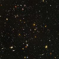 Le ciel profond photographié par Hubble. Chaque tache allongée représente une galaxie. Il y en a des milliards dans toutes les directions et à perte de vue. Document HST.