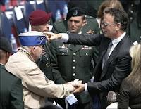 L'acteur Tom Hanks et des vétérans à Colleville-sur-mer, le 6 juin 2009. Document AP Photo/Remy de la Mauviniere.