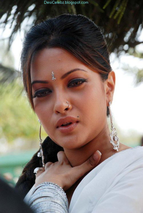 Hottest Indian Babe Riya Sen Latest Pictures