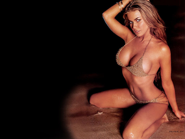 Hot Carmen Electra Modeling In Sexy Bikini