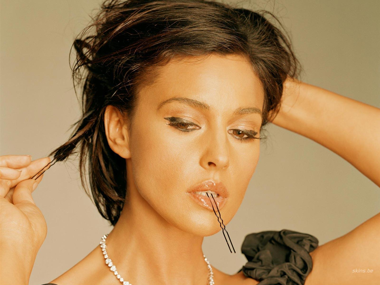 sexy italian actress monica bellucci hot wallpapers