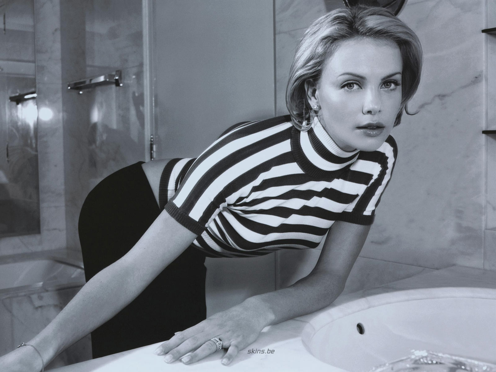 http://3.bp.blogspot.com/_GCAuqodmOE4/TS_Y9Gdm0UI/AAAAAAAAG-U/2md5aILbjCg/s1600/Charlize+Theron+In+Sexy+Strip+Shirt+Photos+%25282%2529.jpg