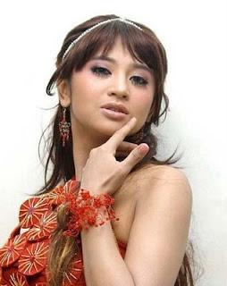 Koleksi Foto Toples Dewi Perssik. Lengkap dan Tanpa Sensor!!