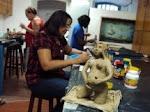 Modelando escultura de argila