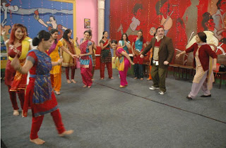 Rishi and Neetu Kapoor doing Garba with the team of Tarak Mehta Ka Ooltah Chashma