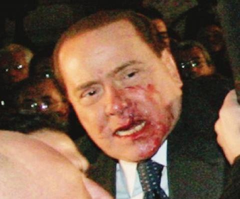 Berlusconi colpito nell' aggressione a Milano con il Duomo versione souvenir
