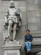 Subí hasta arriba a sentarme junto a Cervantes pensando que algo se me pegaría, todavía espero :)-