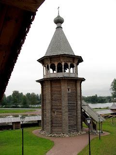El campanario de madera en el parque Bogoslovka (San Petersburgo)
