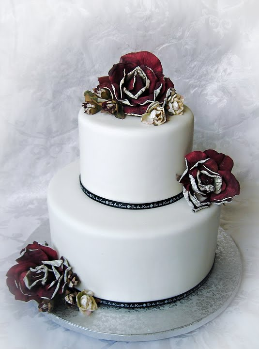 Here are a couple of wedding cakes that are elegant and yet very simply done