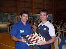 Prof. Jerry Pilati (Fco Beltrão) recebendo tabuleiro e peças para cegos, do prof Pedro Caetano(FOZ)