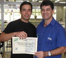 Jhonatan Rodrigues recebendo o Título de Árbitro da FEXPAR