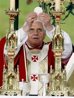 """""""Tanto predicar de amor, ¡pues que la Iglesia venda todo y se lo dé a los pobres. No me creo nada, sois unos hipócritas!"""" Misa_Clausura_08+PAPA+EUCARIST%C3%8DA"""