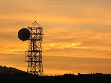 Regula las distancias mínimas que deben tener las antenas en relación a las construcciones cercanas