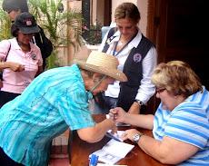 Myrian Do Nascimento y Elaisa Ferris sellando los pasaportes del Camino de Santiago