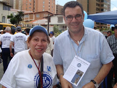 Isolda Herrera y Laureano Márquez frente a la  Parroquia María Madre del Redentor