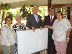 Inmaculada Colmenares recibe por parte de la Rectora de la UNE Profesora Gladys Carmona la donación