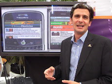 Andres Vizcarrondo mostrando la Multiplataforma IPhone y BlackBerry