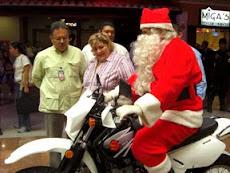 Myriam Do Nascimento recibe a San Nicolás  que llego en moto al  Paseo El Hatillo