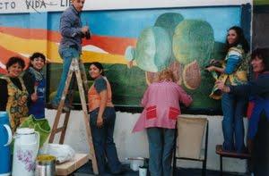 Muralistas en su obra, en Av. Juan M. de Rosas y Cabral. Norma Míguez su profesora.