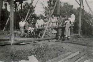 Año 1948, construyendo la primitiva Capilla de madera de Monte Carmelo.