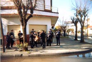 La Banda de Música de la colectividad itliana convocando a la procesión.