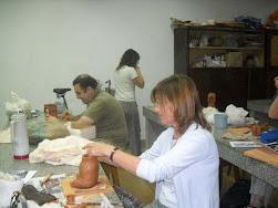 Liliana haciendo un vaso antropomorfo