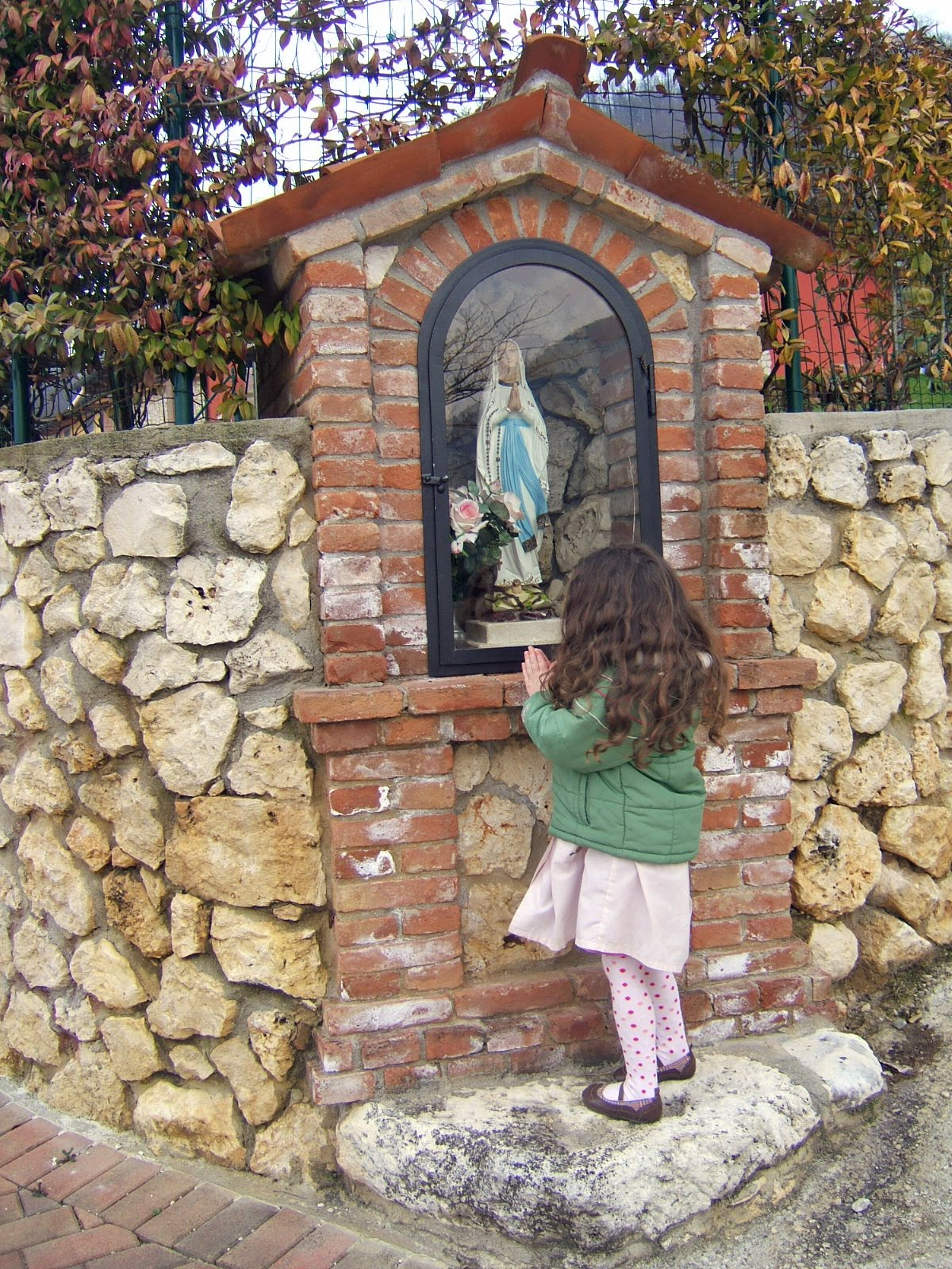 Mama mary grotto design pictures to pin on pinterest for Garden grotto designs