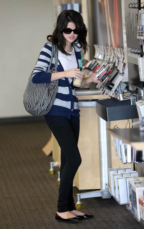 selena gomez clothes style. thanx for reading! ;)