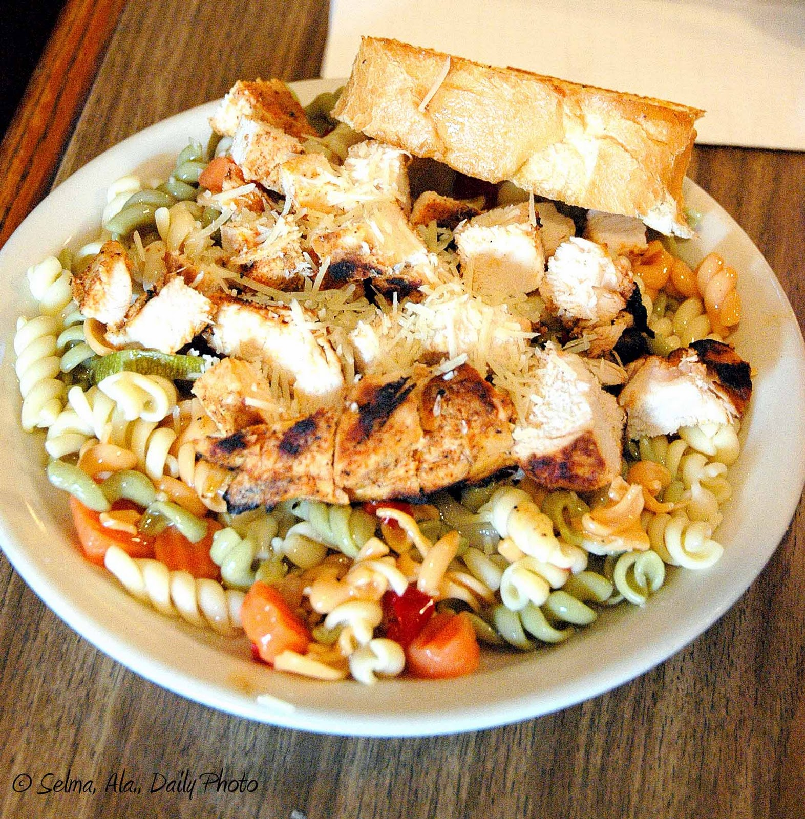 http://3.bp.blogspot.com/_Gq0vRY91-Y0/TNKr_3TpkpI/AAAAAAAAKNo/3_1WrI7CTyc/s1600/Grilled+Chicken+Pasta+Salad,+Grumbles.jpg