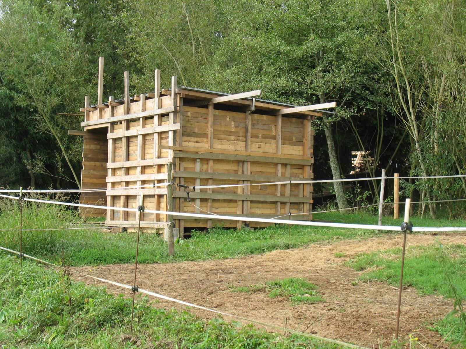 L 39 auto construction avec le bois de palettes de - Construire une cabane de jardin avec des palettes ...