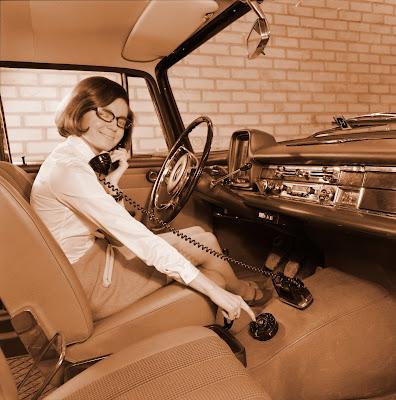 Жінка у автомобілі розмовляє по мобільному телефону, 1969 рік
