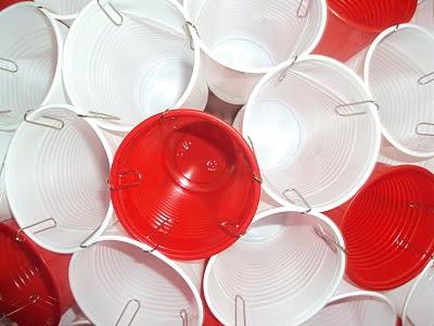 lámpara con vasos de plástico, clips