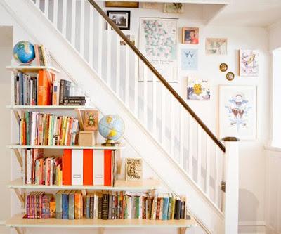 estantería debajo de la escalera