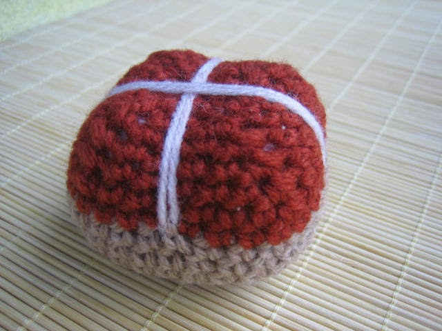 Crochet Patterns I Can Make And Sell : crochetroo: Hot cross buns - free crochet pattern