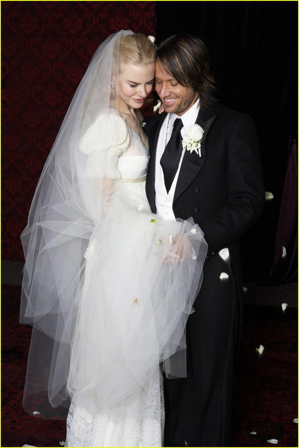 http://3.bp.blogspot.com/_GzUktcYBsD8/TClDMUpaoRI/AAAAAAAAlBI/XQ7ju3xWoqc/s1600/nicole-kidman-wedding-pictures20.jpg