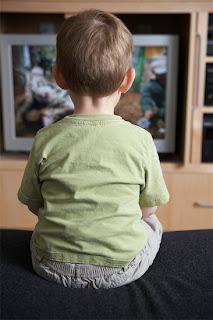criança vendo TV