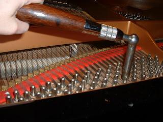 настройка фортепиано с помощью ключа