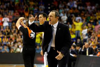ACB PHOTO- Messina gritó mucho, a sus jugdores y a los árbitros. Ambos corrigieron su actitud y ayudaron a la victoria madridista