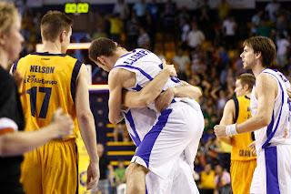 Los jugadores del Alicante festejan la victoria ante la mirada triste de Spencer Nelson. ACB PHOTO