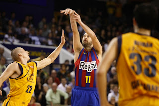 Navarro lanza a canasta ante la defensa de Carroll - ACB PHOTO