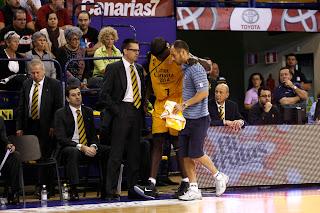 Momento de la retirada de Savané, que sale apoyándose en el el fisioterapeuta del Gran Canaria. ACB PHOTO