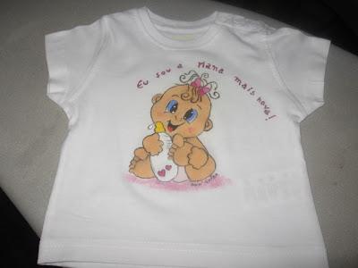 T-shirt pintada á mão:sou a mana mais nova